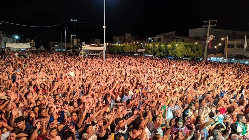 Show do Padre Alessandro Campos em Caculé atrai multidão.