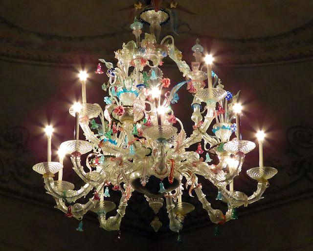 Il lampadario nel foyer del Teatro Goldoni, Livorno
