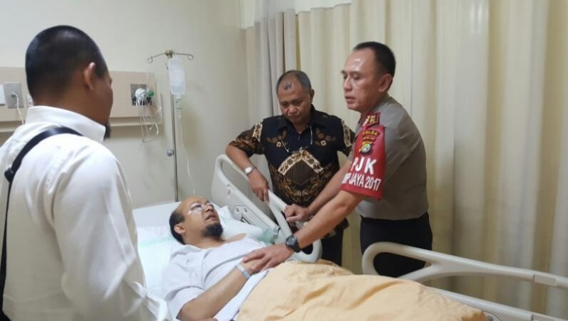 Novel Baswedan saat dijenguk Ketua KPK dan Kapolda Metro Jaya