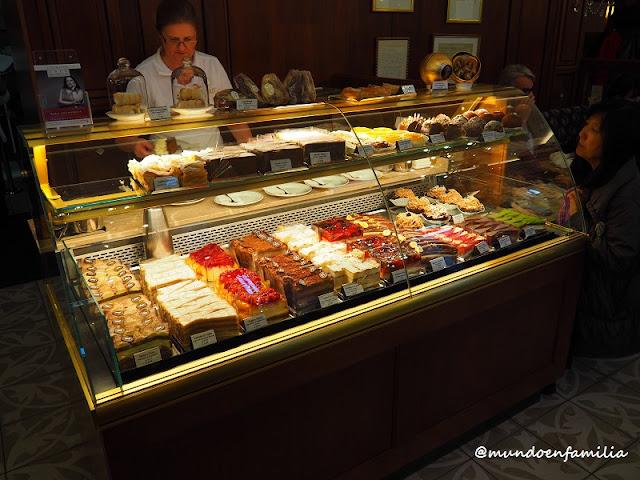 Surtido de pasteles en el Cafe Mozart