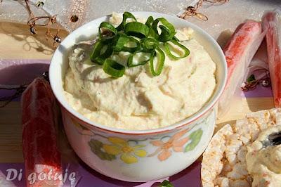 Pasta z jajek i serka wiejskiego z paluszkami surimi