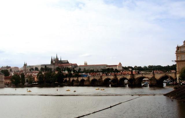 A Bella e o Mundo Ponte Carlos Praha