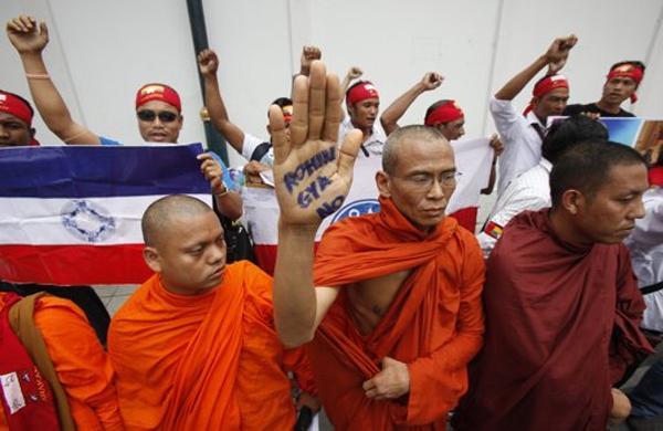 Polisi Myanmar Kabur Saat Teroris Budha Serang Muslim Rohingya