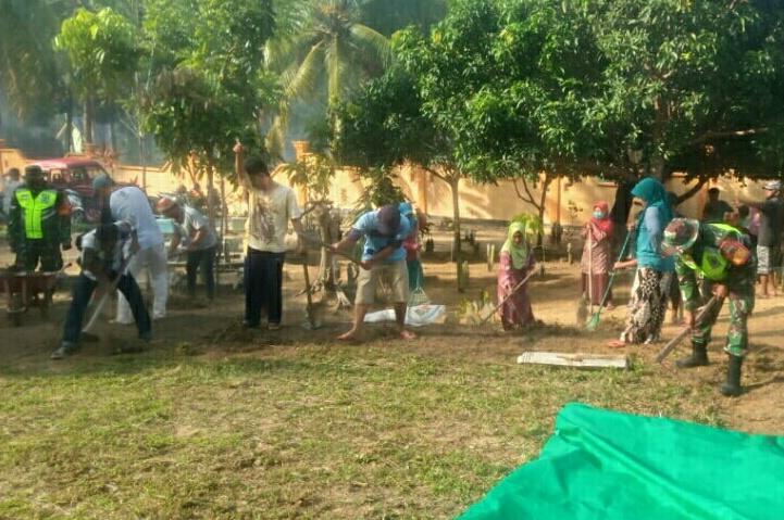 Babinsa Sekecamatan Bunguran Timur Gotong Rotong Bersama Warga Membersihkan TPU Batu Ampar Atas