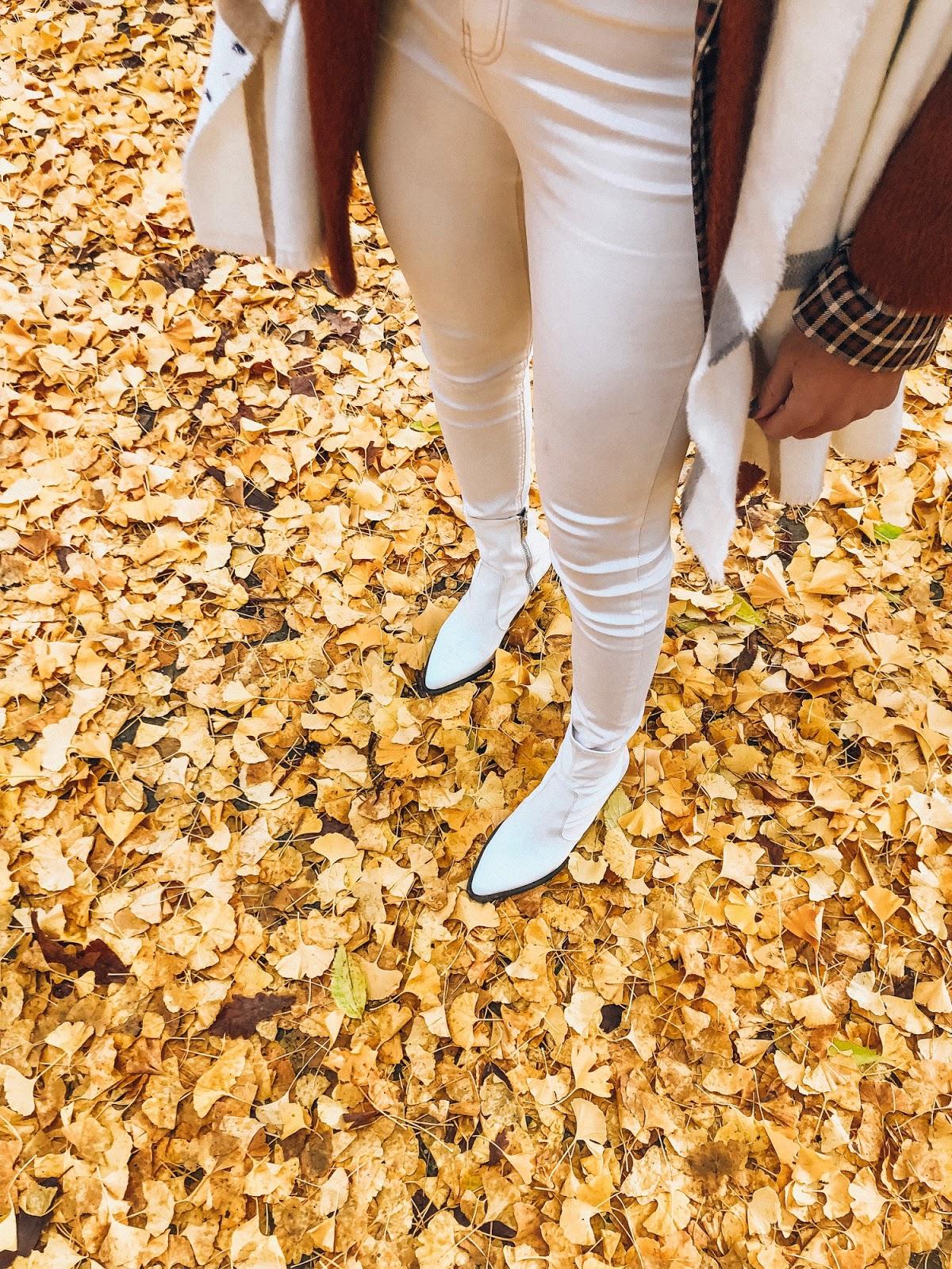 como llevar botines blancos