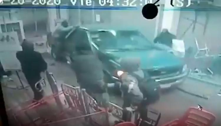 Captan momento en que comando tumba cortina y saquea Chedraui en Tecámac, Estado de México, atropellan a un empleado