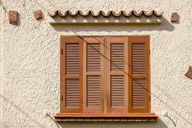 Uma casa bem bonita no Ahú - detalhe janela com veneziana