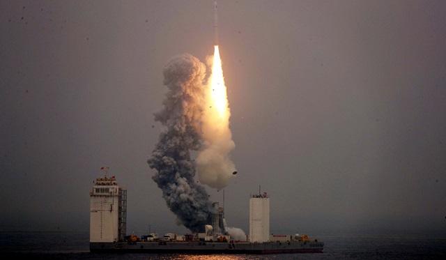 الصين تطلق أول صاروخ من منصة متنقلة في البحر
