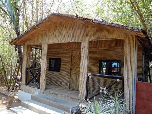 Casa revestida exteriormente com bambus