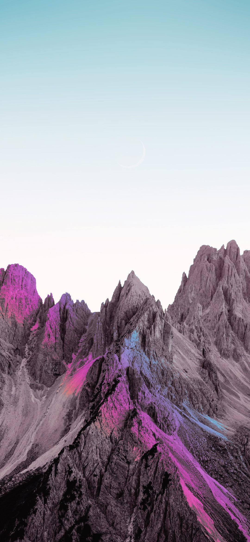 خلفية الجبال الرمادية تحت السماء الصافية