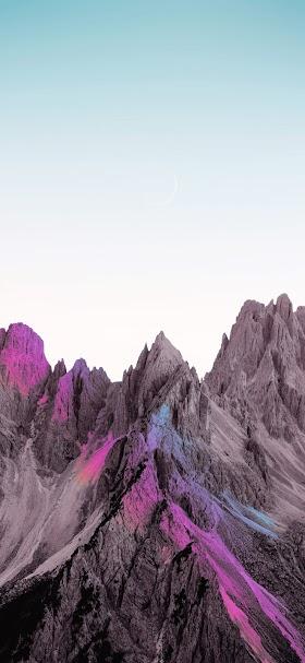 خلفية الجبال الصخرية الرمادية تحت السماء الصافية