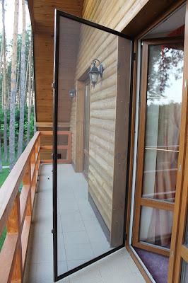 На изображении москитная сетка для дверей