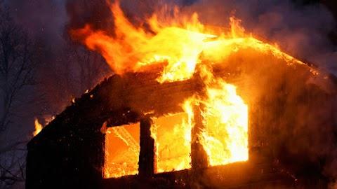 Kigyulladt egy családi ház tetőszerkezete Ecseren