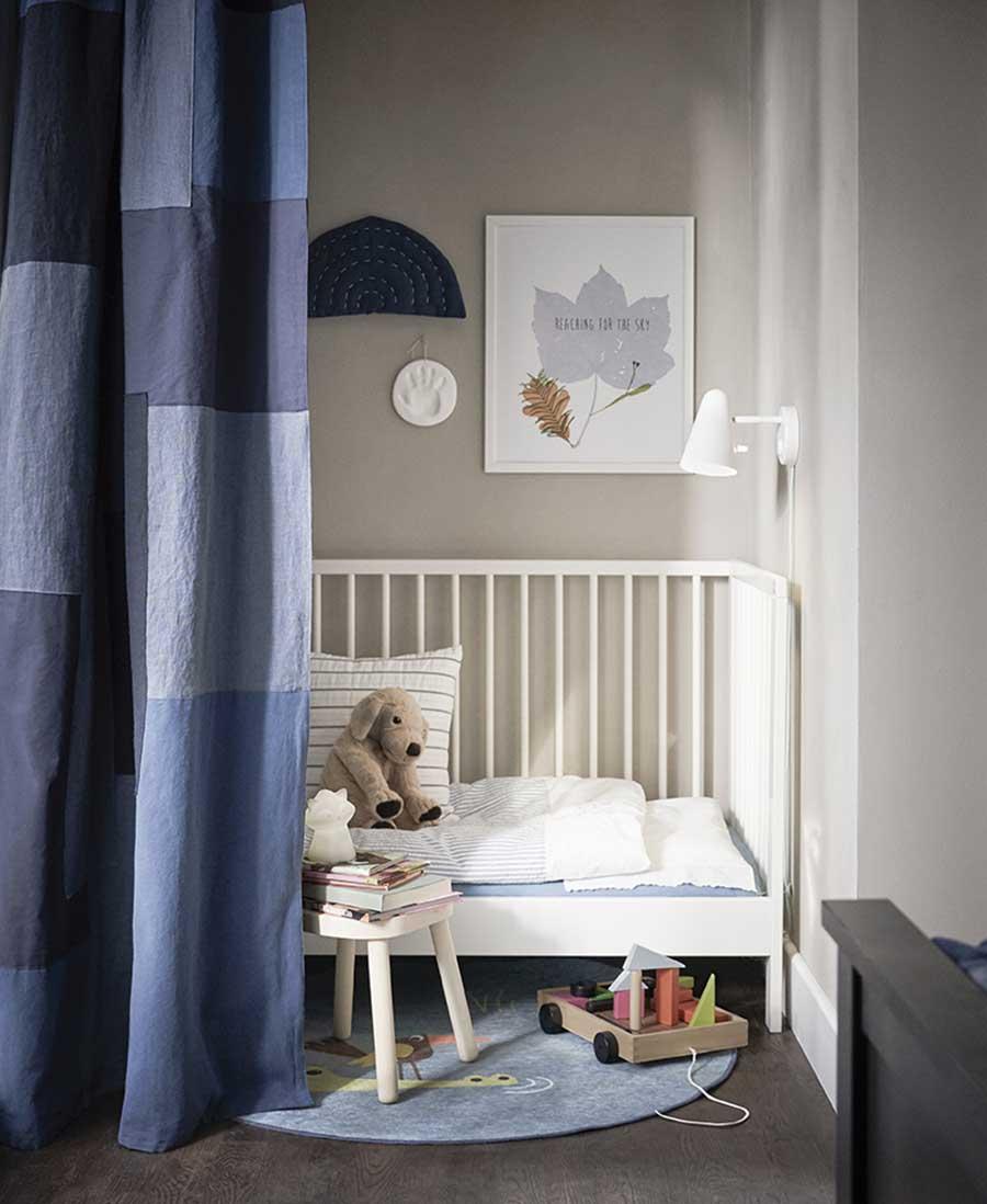 catálogo ikea 2020 dormitorio cuna blanca bebe y cortina azul novedad