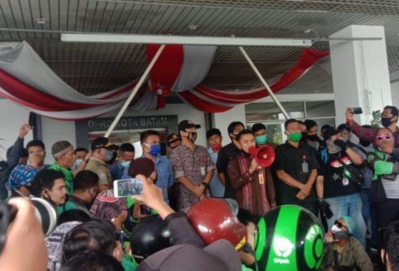 Dikawal Polisi dan Satpol PP, Ratusan Driver Gojek Online Demo di Kantor DPRD Batam
