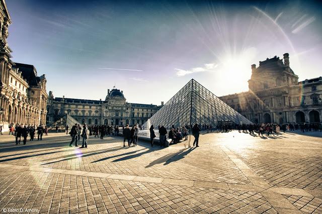 Museo del Louvre e piramide-Parigi