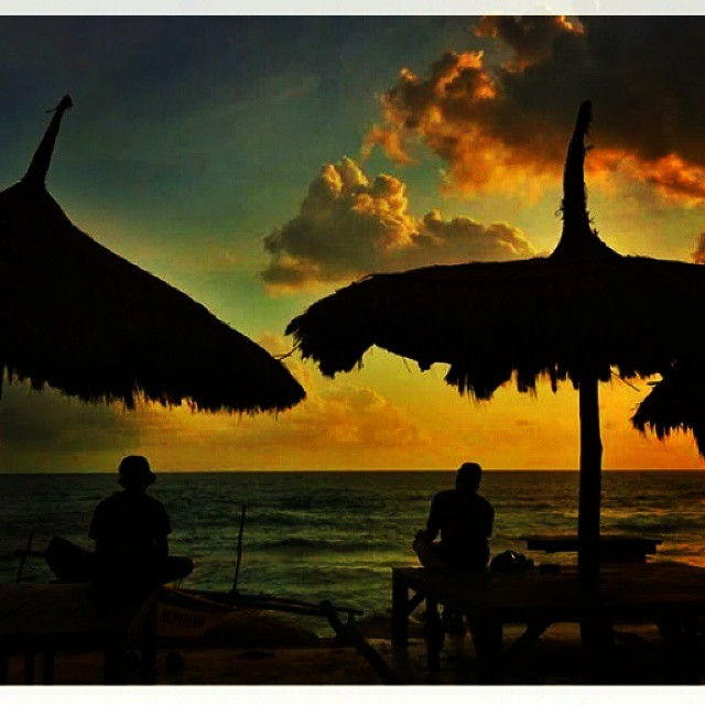 foto sunset romantis di pantai drini