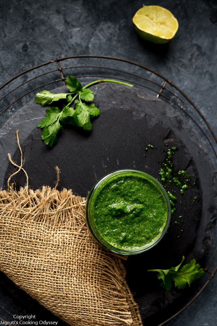 This dhaniya chutney is made with mint and coriander.