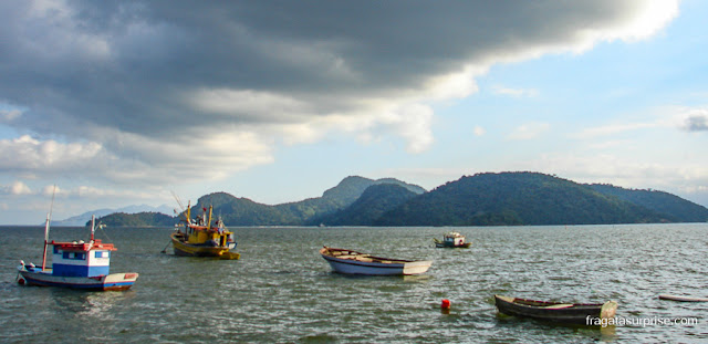 Barcos ancorados na Ilha da Madeira, Itaguaí, Rio de Janeiro
