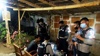 Regu Sabhara Polres Situbondo Razia Miras, Sita Puluhan Botol Arak