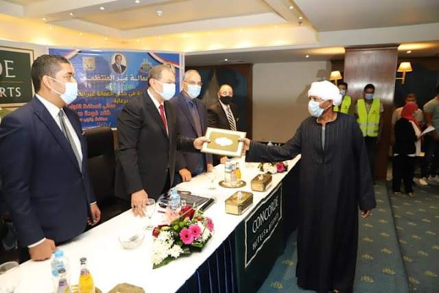 """سعفان يسلم 250 شهادة """"أمان"""" للعمالة غير المنتظمة بجنوب سيناء"""