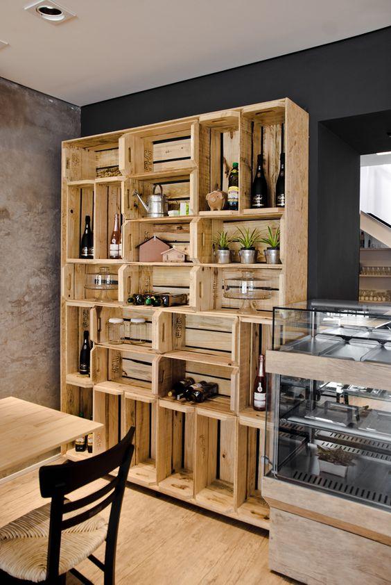 Estante feita com caixas de madeira