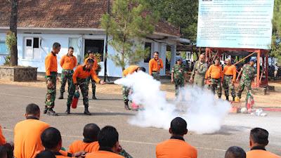 Anggota Lanud Suryadarma Latihan  Penanganan Terjadinya Kebakaran