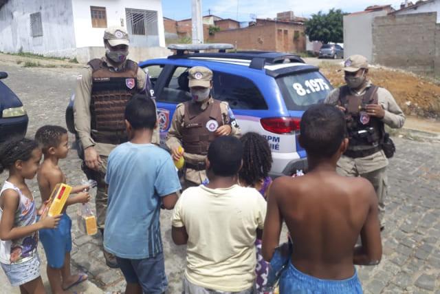 Ronda Maria da Penha entrega doces para crianças carentes em Jequié