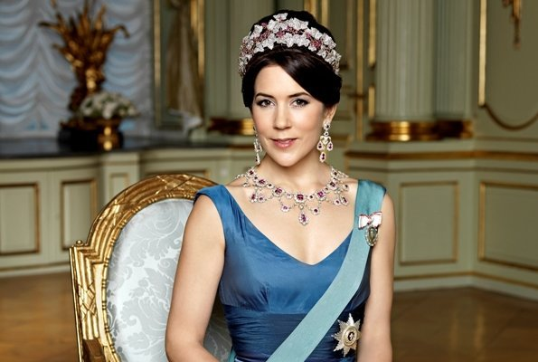 https://1.bp.blogspot.com/-EW2d653vD7E/VrPjR8JfWFI/AAAAAAAA8dA/4k7yNAGpZLc/s595/Crown-Princess-Mary.jpg
