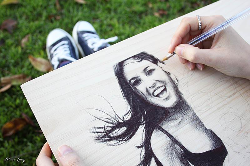 Retrato dibujado a bolígrafo bic sobre madera