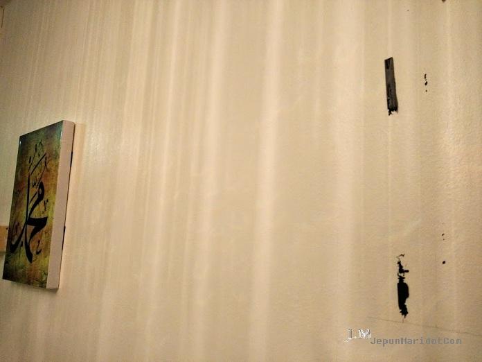 Hilangkan kesan double tape kat dinding