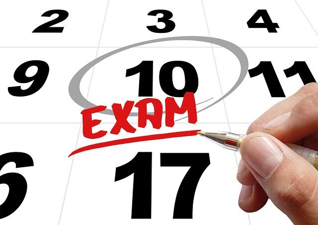 Una mano encerrando en un círculo sobre un calendario la fecha del exámen