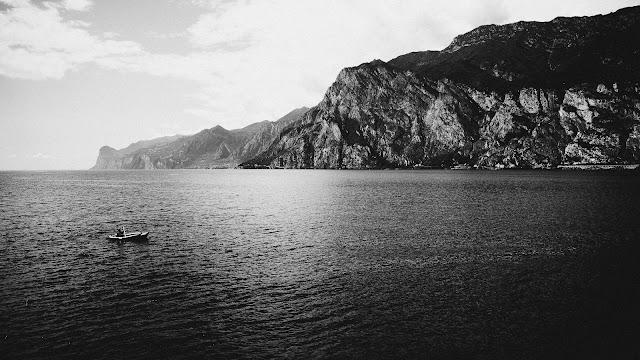 Jezioro Garda. Czarno-biała fotografia pejzażowa. fot. Łukasz Cyrus
