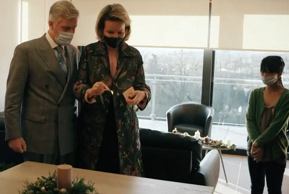 Queen Mathilde wore a new floral-jacquard lame coat from Dries Van Noten. Princess Elisabeth wore a new turtleneck pearl buttons sweater from Zara