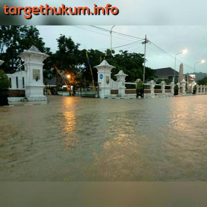 Hujan Deras Mengguyur Kota Pacitan Mengakibatkan Banjir Dan Macet