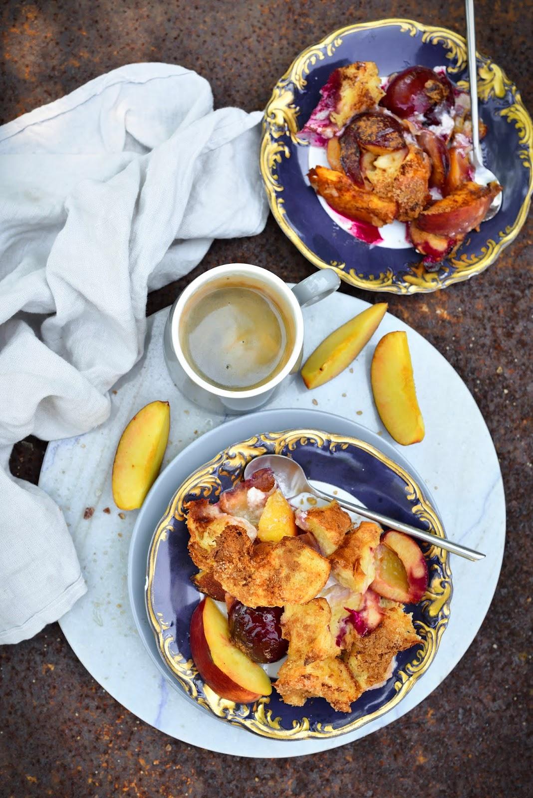 Pudding angielski z brzoskwiniami i śliwką. Pyszna i szybka alternatywa dla ciasta!
