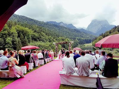Trauung unter freiem Himmel, Pink travel themed wedding - Reise ins Glück Hochzeitsmotto im Riessersee Hotel Garmisch-Partenkirchen, Bayern Sommerhochzeit im Seehaus in den Bergen, Hochzeitsplanerin Uschi Glas
