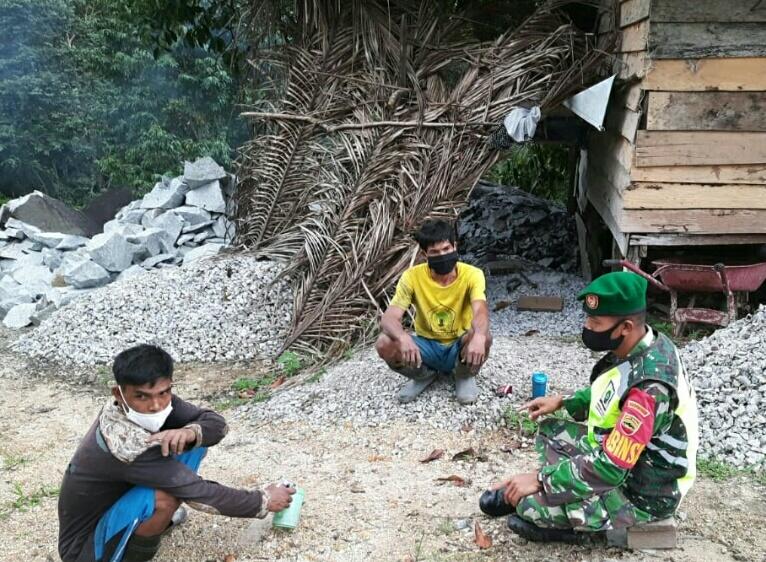 Babinsa Desa Selemam Lakukan Komsos Dengan Pekerja Batu di Desa Selemam