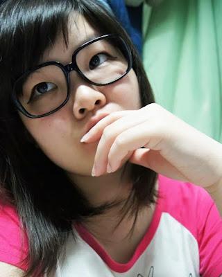 Cewek Chinas manis pakai KAcamata