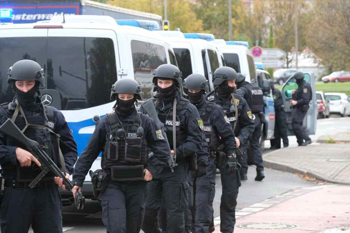 Merkel migracijos politikos vaisiai: Halės mieste teroristai nušovė du sinagogos lankytojus, į žydų kapines įmetė granatą (pildoma)