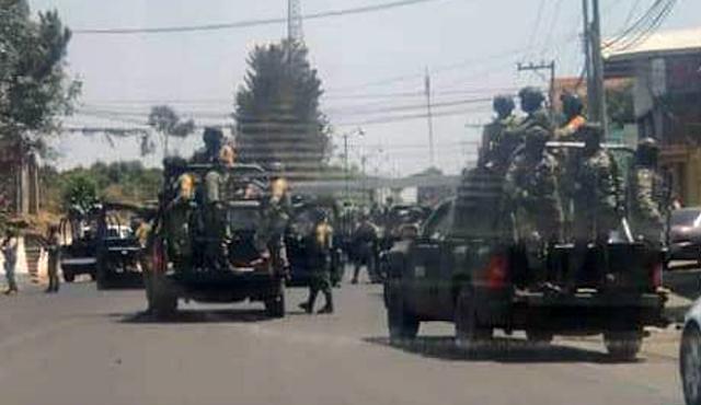 Militares capturan a Sicarios fuertemente armados con arsenal a bordo y pobladores en respuesta detienen a Soldados para ofrecerlos como trueque