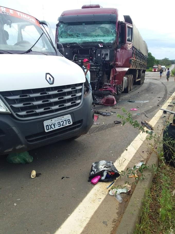 Colisão entre carreta e van deixa 08 mortos na BR 226, em Caxias/MA