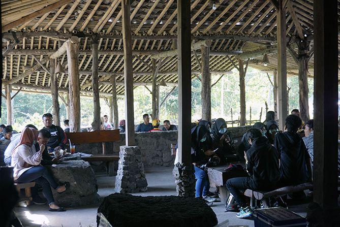 Area terbuka di bangunan Warung Kopi Merapi