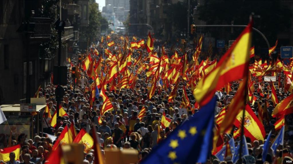 """Multitud de 900 mil personas coreó lemas como """"No se engañen, Cataluña es España"""""""