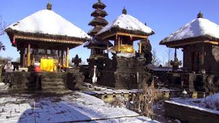 Melihat Keseluruhan Bangunan Pura Terbuat Dari Batu, Terasa di Bali Tapi Tidak! Ini di Belgia