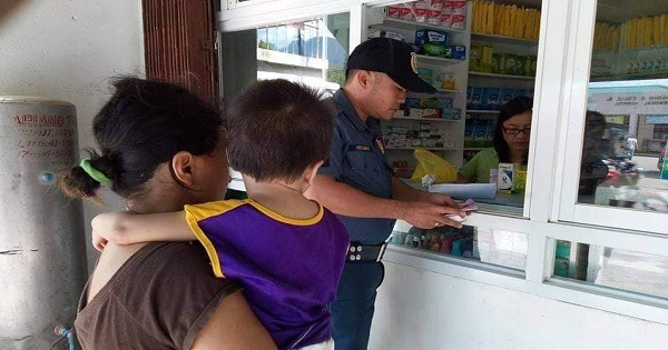 Policeman buys medicines for sick kid whose mom didn't have money