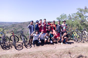 Peringati HUT RI ke 75 Komunitas Sepeda Ontel Kibarkan Bendera di Bukit Ngroto Desa Kedungringin