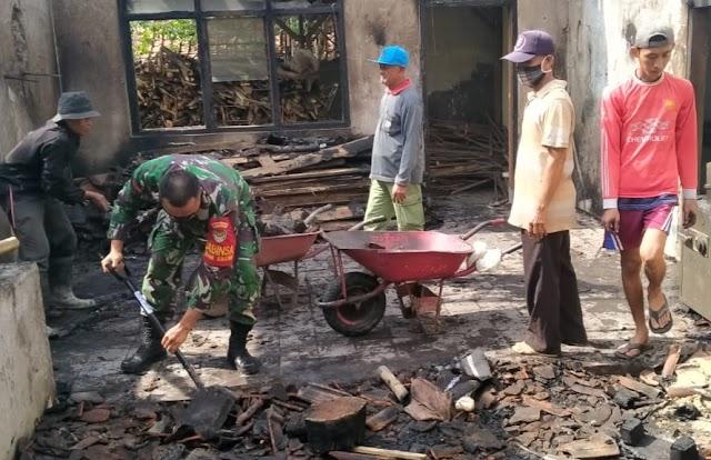 Koramil 1716 Bersama Warga Kerja Bakti Bersihkan Puing puing Kebakaran