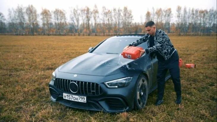 Influencer prende fuego a su Mercedes AMG tras enojarse con el servicio técnico