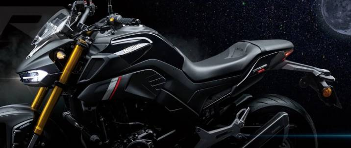 """Haojue, a motorcycle manufacturer from China. Has launched a new product that the manufacturer claims to be a crossover motorcycle that combines the best of a sport bike and naked bike. With a design that looks aggressive, tough, but is complemented by driving performance that makes the bike look more attractive.  The 2022 Haojue XCR300 was officially launched in the Chinese motorcycle market on September 10th. The bike has been using the design principle according to the concept of """"Dimensional Culture"""" or """"dimensional innovation"""", resulting in a more sport bike style by designing the front of the bike that looks especially aggressive. It comes with dual LED headlamps with integrated DRL. The pair of headlamps do not separate the high and low beams, but both work at the same time. The manufacturer claims that it will be brighter. and is a part that helps reduce accidents from driving better single headlight  Moving on to the overall design of the bike, the Tabular structure is covered by fairing. But it has been opened to see a 298 cc, 2-cylinder, 4-stroke, water-cooled SOHC engine. Bore size x stroke of 57.3 x 57.8 mm, compression ratio 11.5:1, is the form of the engine mounted on the DR300 that was rumored to be a new body for the Suzuki GSX-S300 around mid-2020. Coming, this engine is capable of generating a maximum power of 21.5 horsepower (KW) at 8,500 rpm and a maximum torque of 27.8 Nm at 6,500 rpm, connected to a standard 6-speed transmission. This model passes the EURO4 exhaust standard only.  Chasing in the various equipment on the bike, the XCR300 comes with a 41 mm inverted gold front suspension from the KYB brand, while the rear is a Monoshock working with a swingarm. The braking system is a single 290 mm disc at the front, 4 port disc brakes, a single 220 mm disc at the rear, 1 port brake caliper, comes with ABS from Bosch, 17-inch wheels at the front and rear and enhances driving performance with Pirelli Diablo tires. Rosso III sizes 110/70-17 and 14"""
